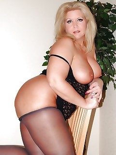 Blonde amateur BBW milf posing for you